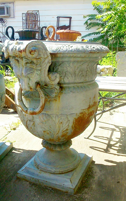 Planter with lion head